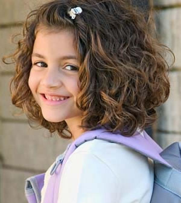 Детская прическа на короткие кудрявые волосы