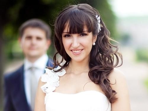 простые свадебные прически с челкой