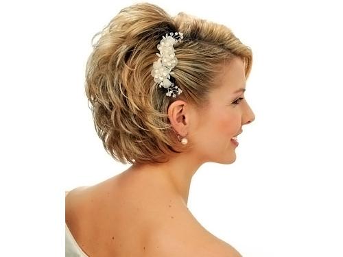 Прическа на короткие волосы для бала