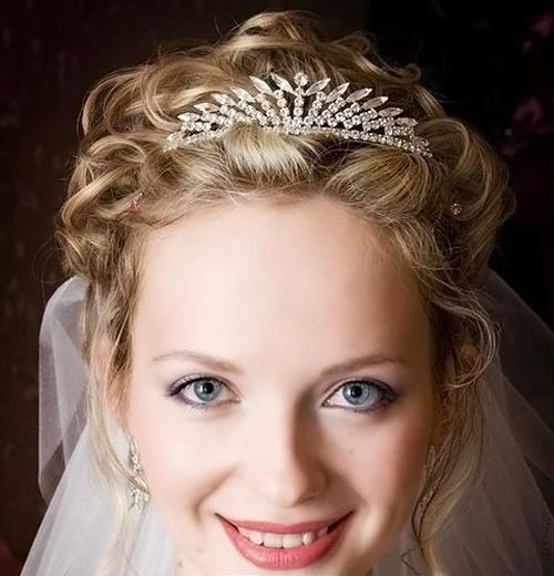 Свадебная прическа каре с диадемой