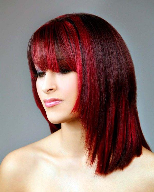 Яркая прическа с темно-красным цветом волос