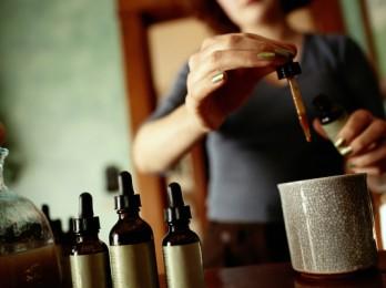 Стимуляция кровоснабжения камфорным маслом для волос