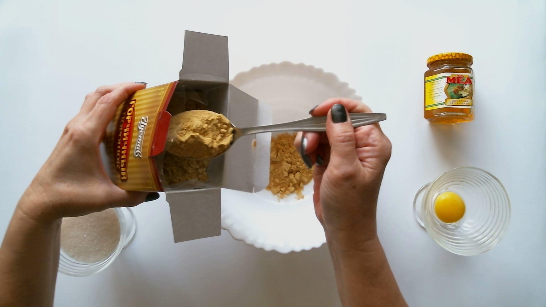 Маска из горчицы, меда и желтка