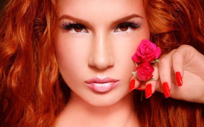Кареглазая девушка с рыжими волосами