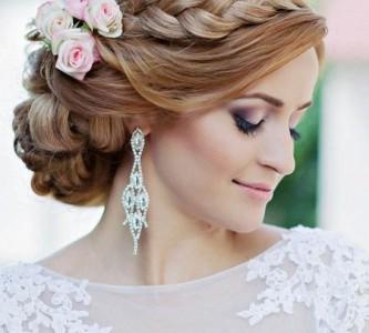 Варианты укладки свадебных причесок на бок