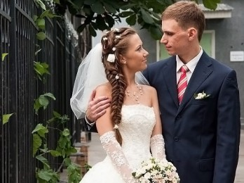 Несложные и красивые варианты свадебных причесок с фатой