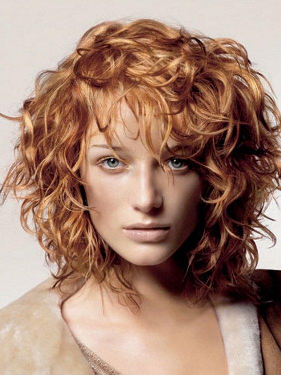 Прически на вьющиеся волосы средней длины