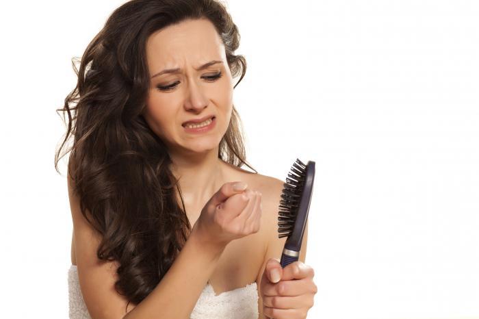 Почему у молодой девушки выпадают волосы