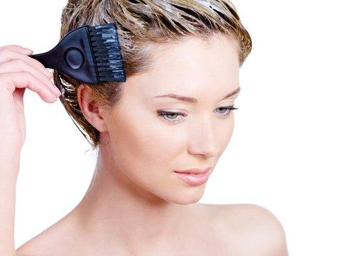 Надо ли мыть голову перед окрашиванием волос: рекомендации профессионалов