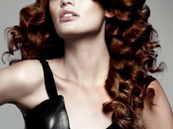 Красивая прическа с кудрями на длинные волосы