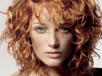 Элегантная укладка вьющихся волос
